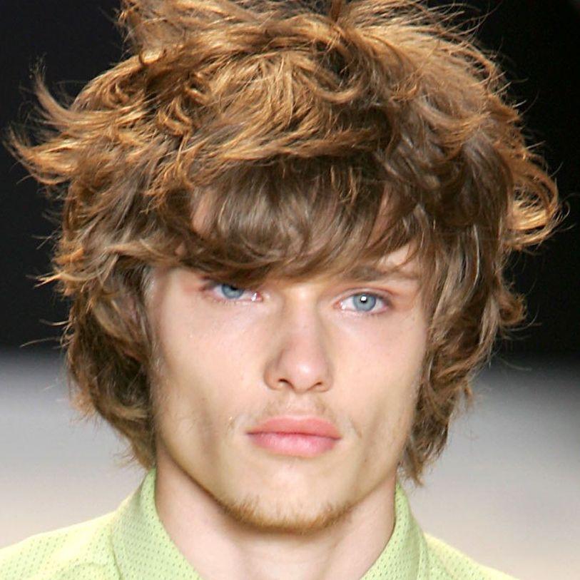 Лохматые волосы средней длины у мужчин