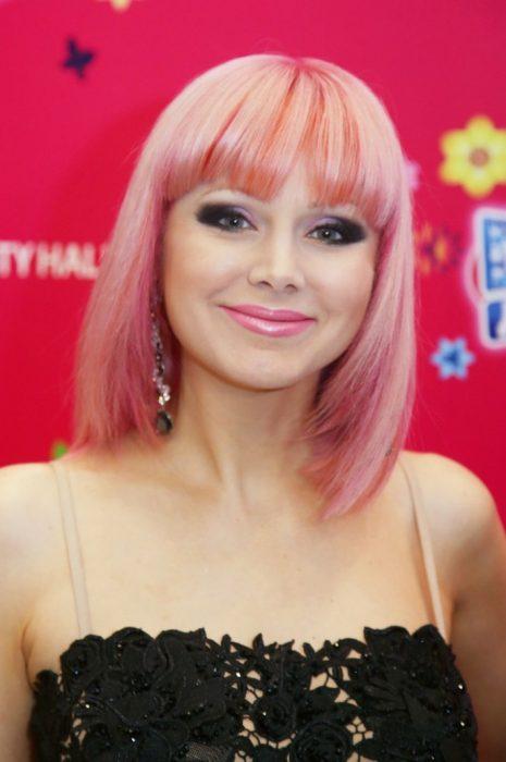 Натали с розовыми волосами