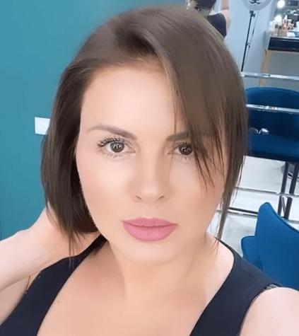 Анна Семенович с темными волосами