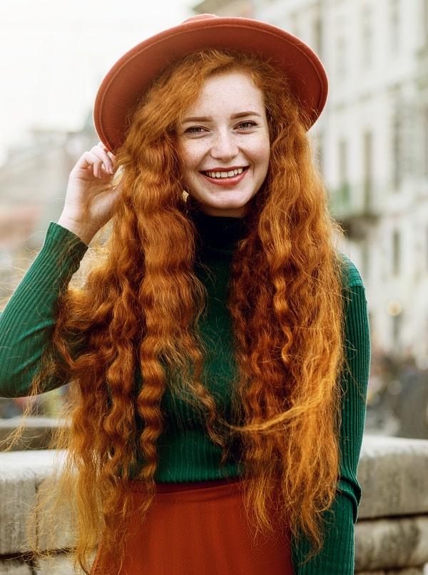 Длинные густые волны на рыжих волосах