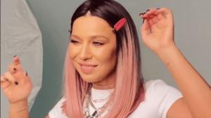 Елка певица с розовыми волосами