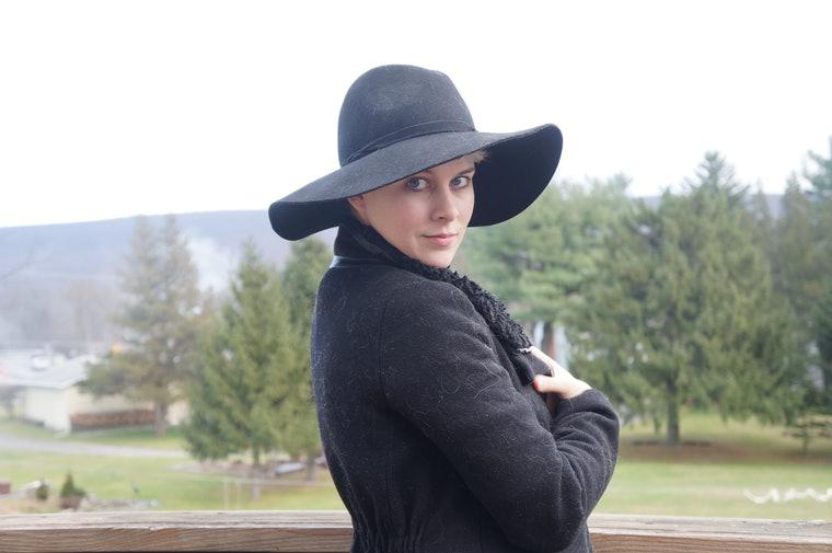 как красиво носить шапку с короткими волосами