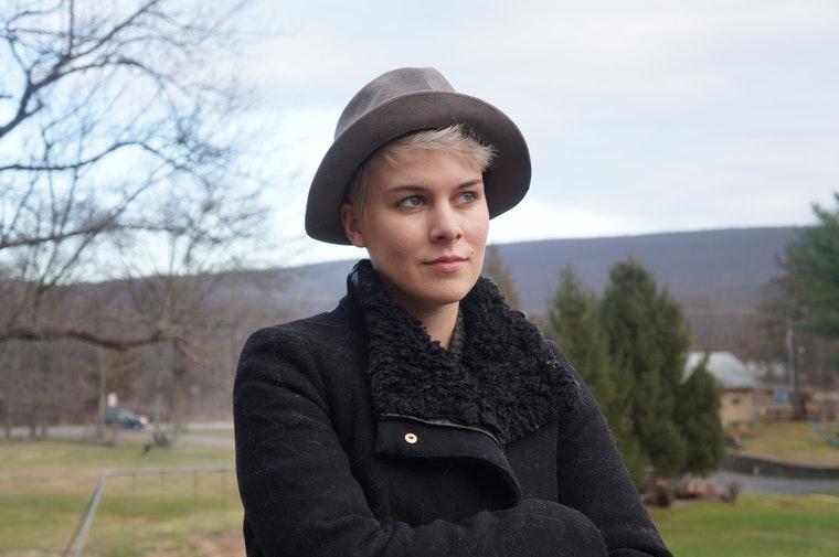 как носить шапку с короткими волосами женщине