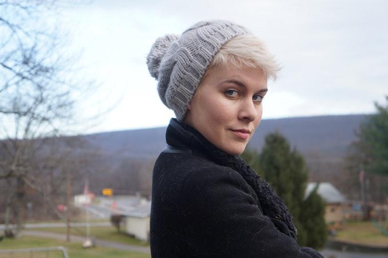 Как носить шапку с короткими волосами