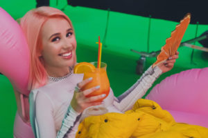 Клава Кока с розовыми волосами