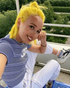 Клава Кока волосы желтые