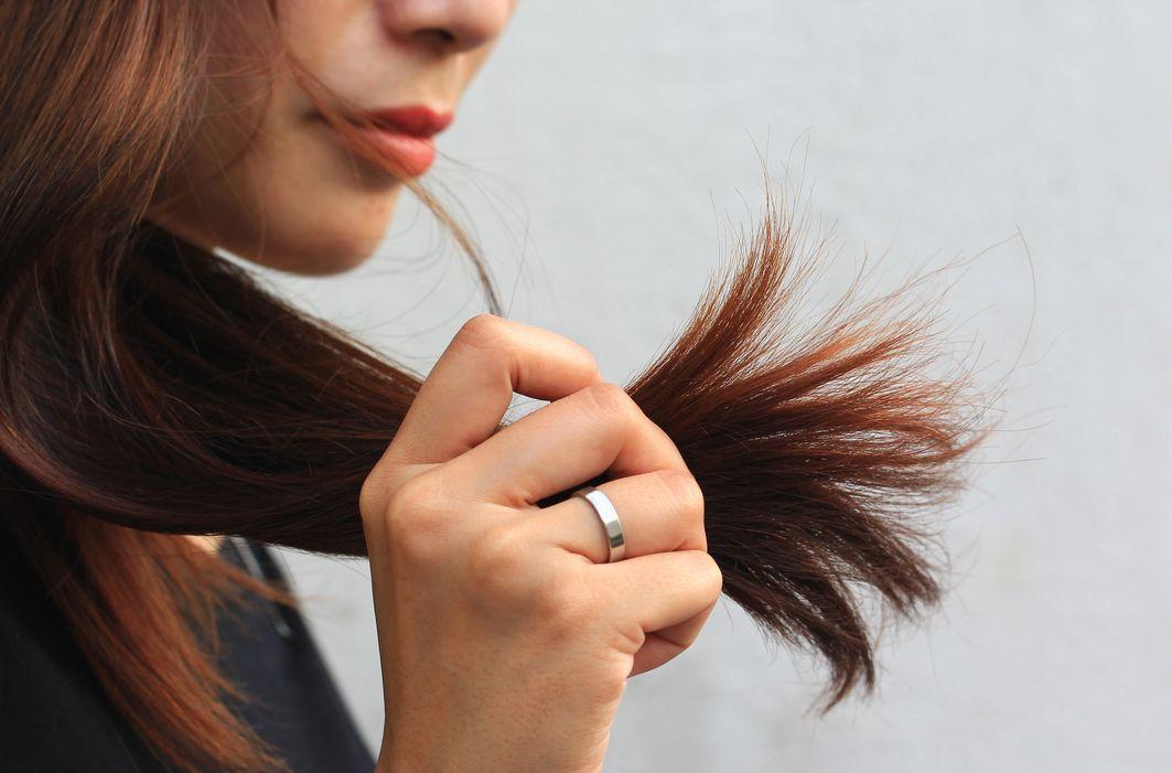 Колючие кончики волос причины