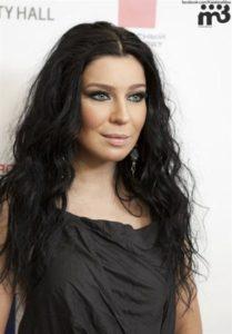 певица Елка с распущенными волосами