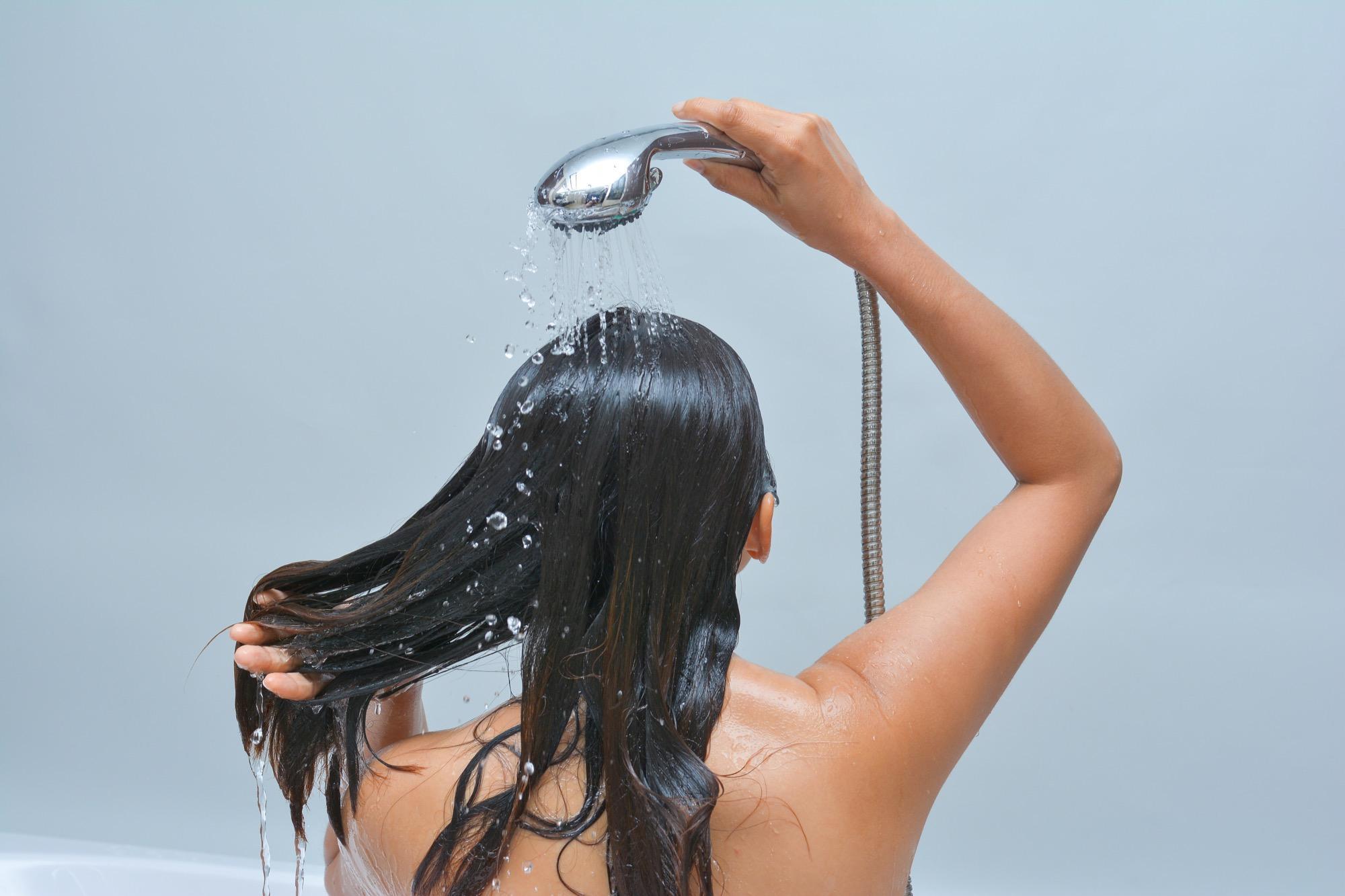 НакоПромойте волосы прохладной водойнец, ополосните волосы прохладной водой.Ополаскивание волос прохладной водой помогает закрепить стержень волоса
