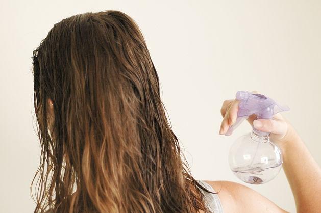 смачивать волосы водой