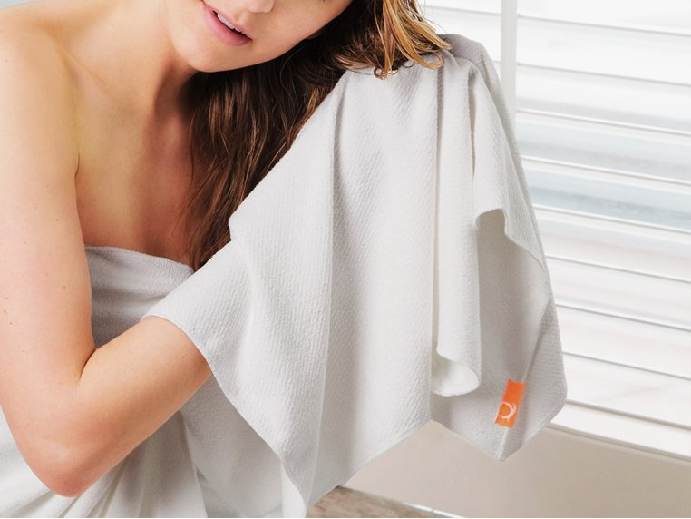 тереть влажные волосы полотенцем