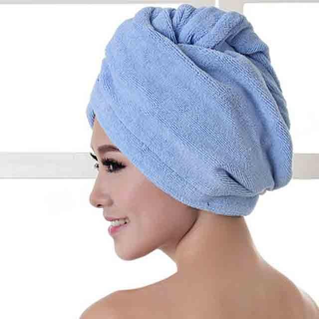 Специалисты не рекомендуют слишком долго держать мокрые пряди в полотенце