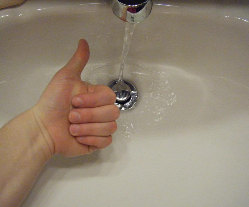 чистить слив в ванной