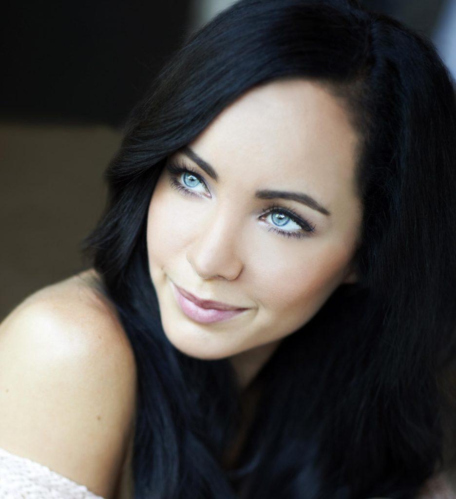 Чёрный цвет волос и голубые глаза светлая кожа