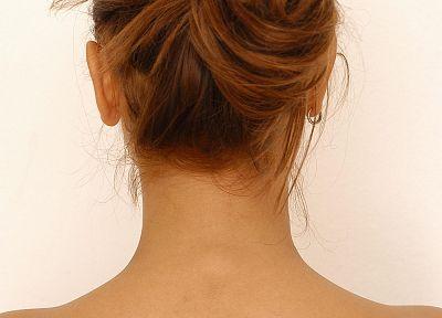 Длинный волос на шее у женщин