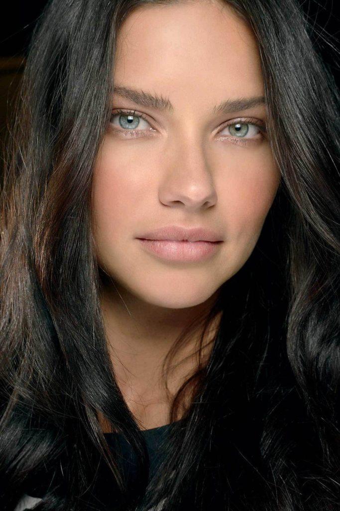 фото чёрный цвет волос и голубые глаза светлая кожа