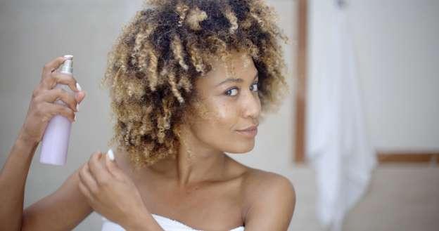 Перед тем, как пойти в бассейн нанесите на волосы защитный лак