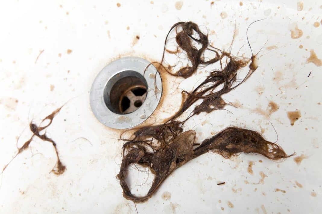 Волосы в сливе ванной