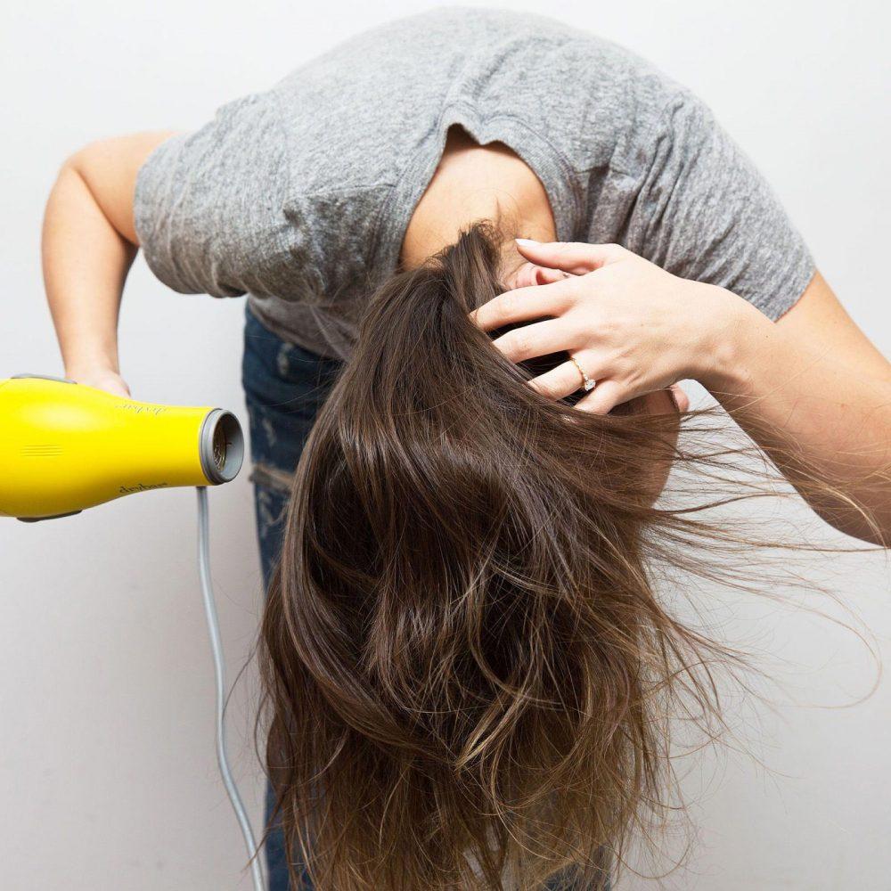 Почему нельзя сушить волосы вниз головой