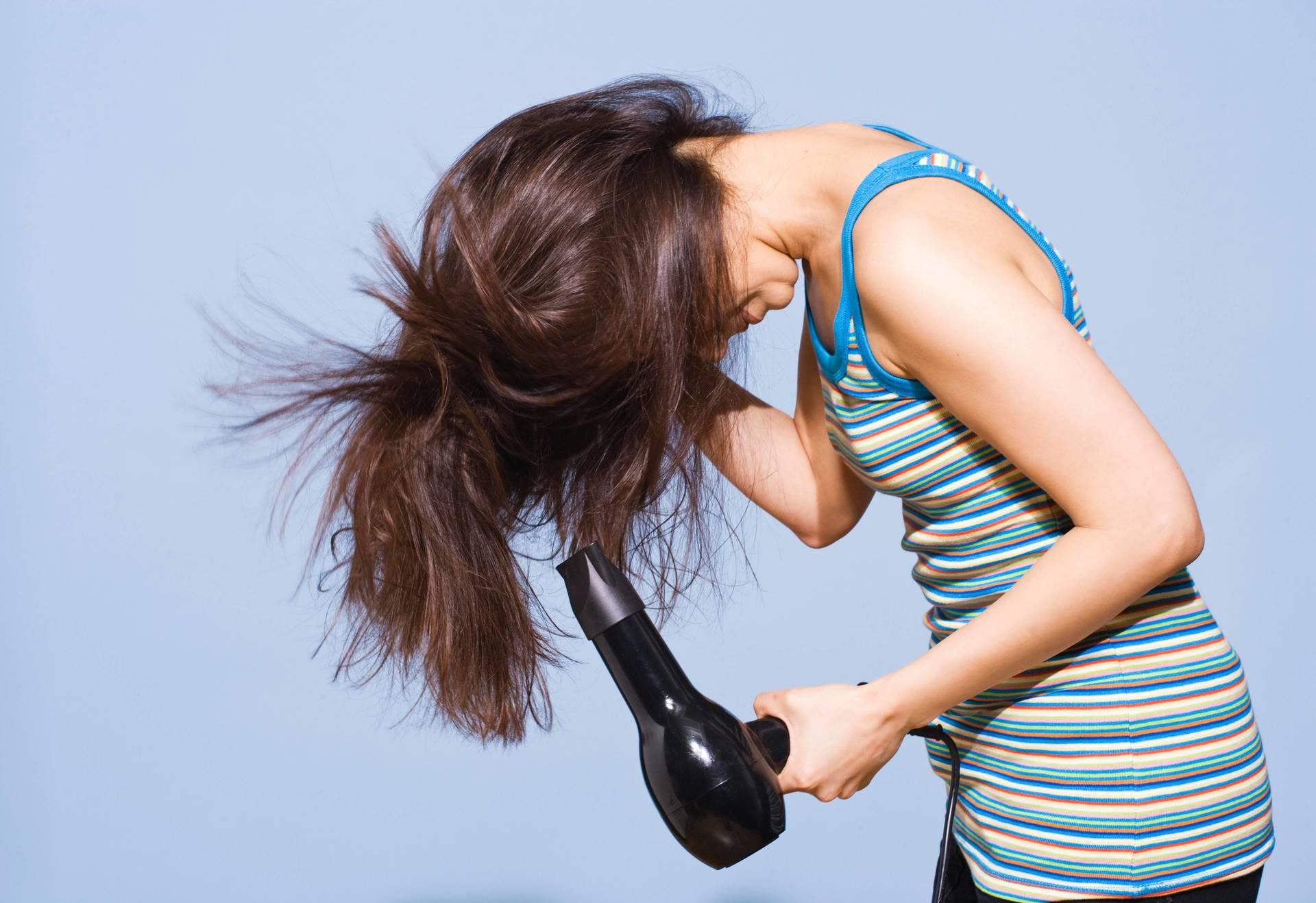 Сушить волосы феном вниз