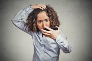 Седая прядь волос у человека