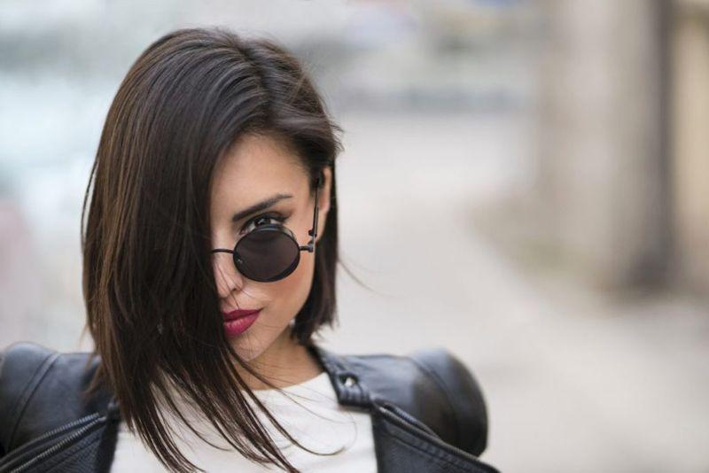 Глубокий боковой пробор на средние волосы