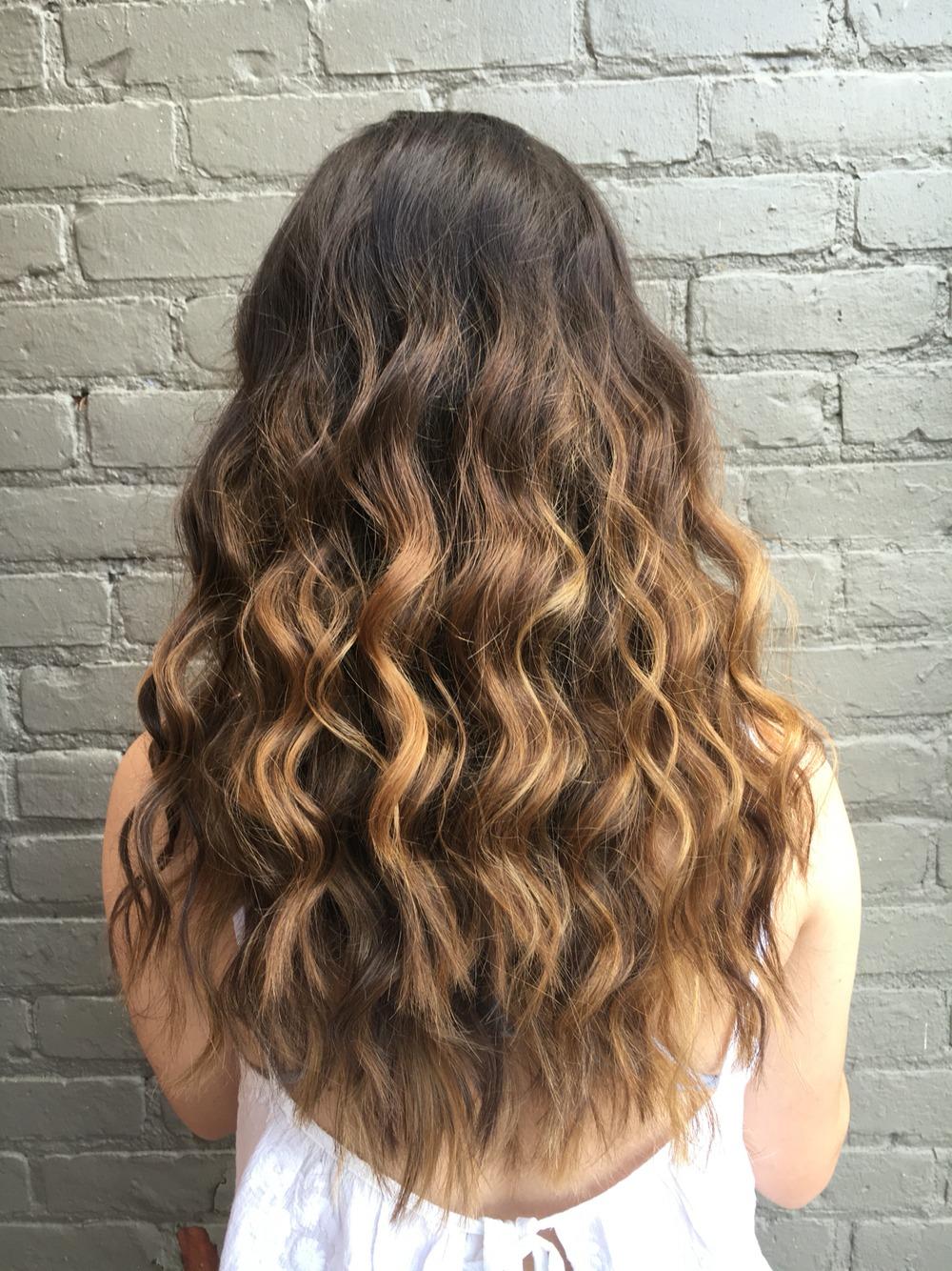 Немного кудрявые волосы у девушек