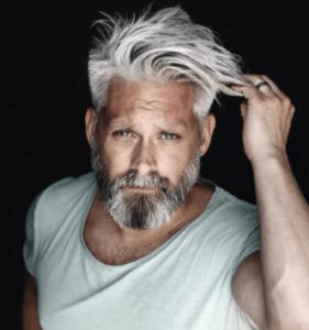 Длинная стрижка на седые волосы для мужчин