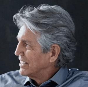 Мужская стрижка средней длины для седых волос
