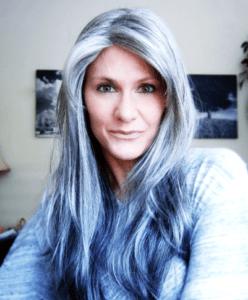 Сине-серые блики на седых волосах