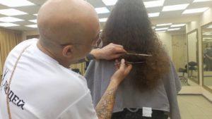 Стрижка сухих вьющихся волос девушке