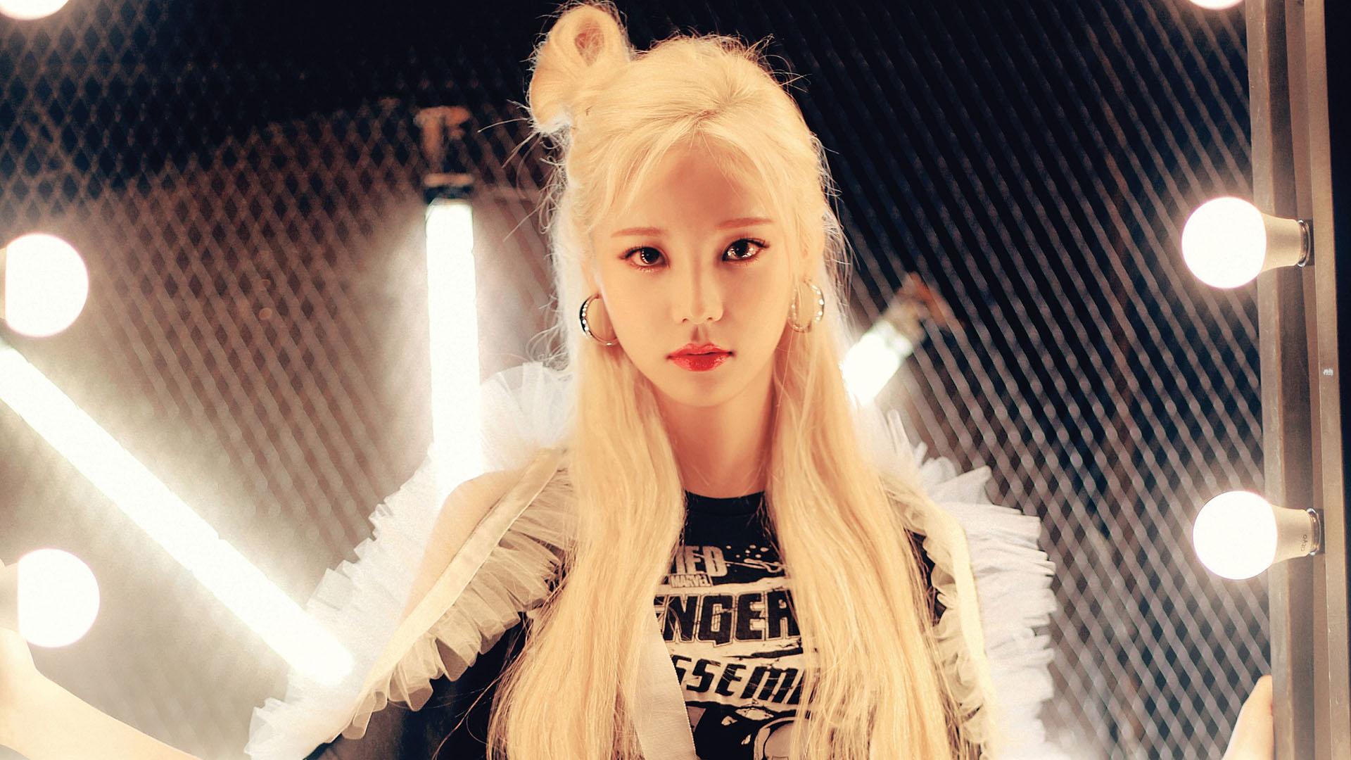 Китаянка с белыми волосами девушка