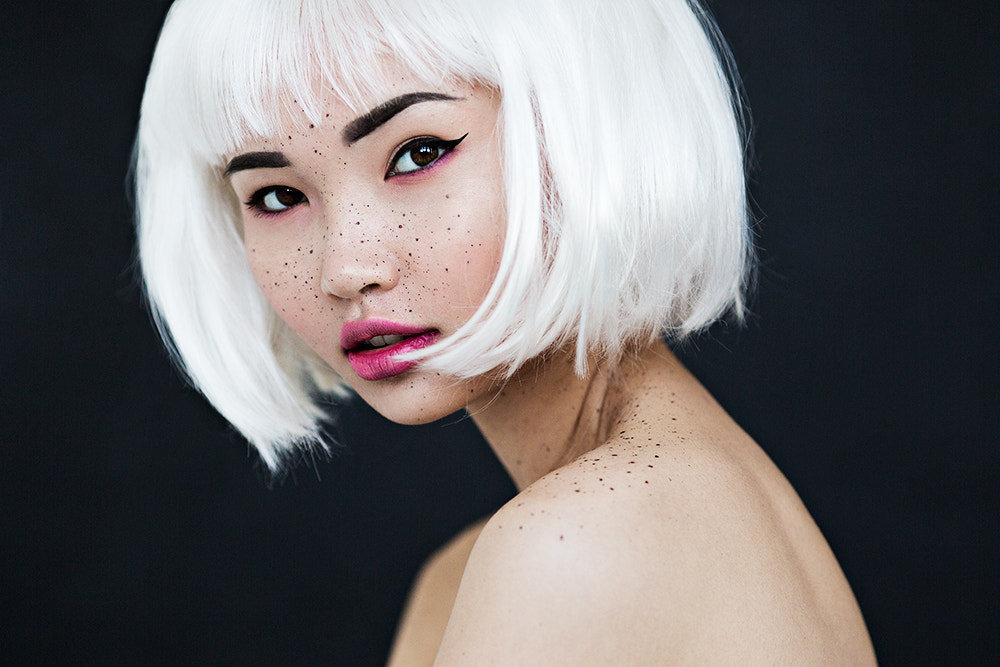Китаянка с белыми волосами короткими