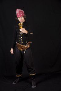 Традиционный образ пирата - это длинная бандана, завязанная на одной стороне так, что хвост свисает вниз