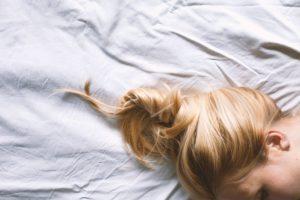 Терять светлые волосы во сне
