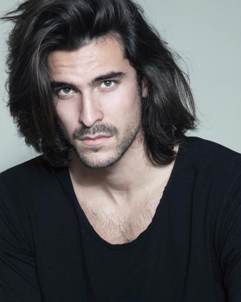 Длинные волосы мужчины