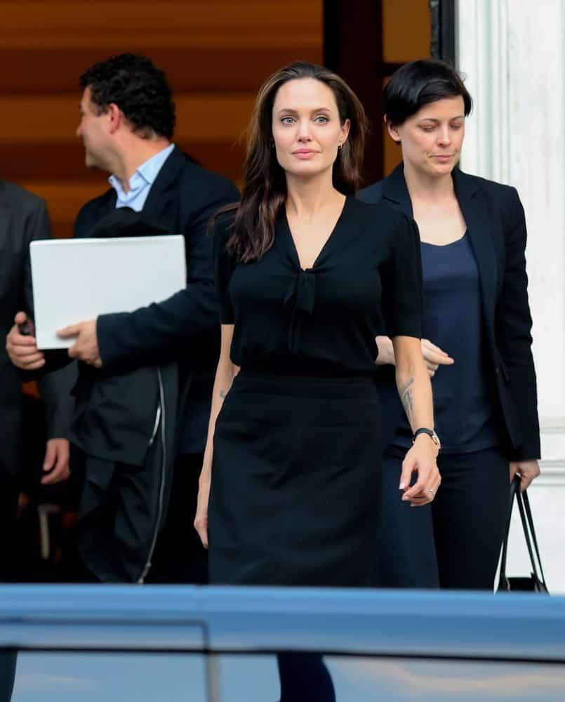 Джоли с распущенными волосами