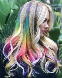 Модные блики на волосах цветов радуги