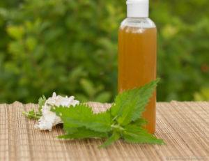 Натуральный шампунь для жирных волос (как и других его типов) не содержит парабенов, силиконов и сульфатов