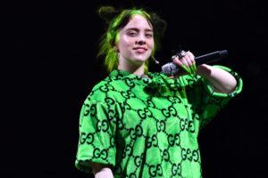 Билли Айлиш с зелеными волосами
