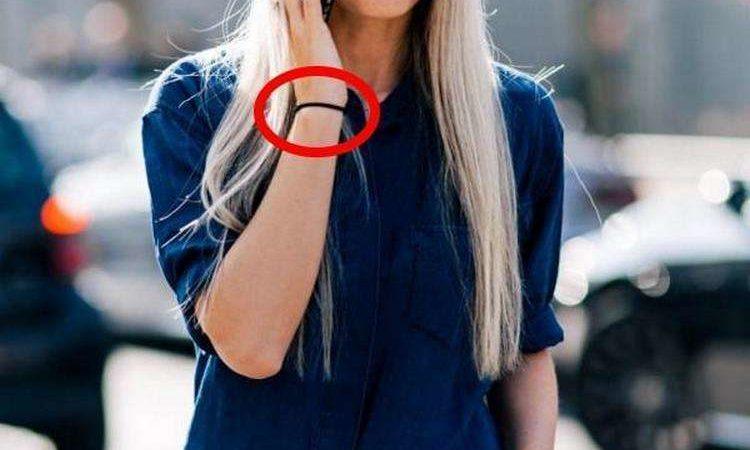 Носить резинку для волос на руке