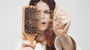 Почему перед месячными выпадают волосы