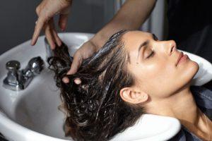 промойте волосыпрохладной водой в душе