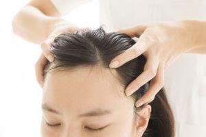 Массируйте кожу головы